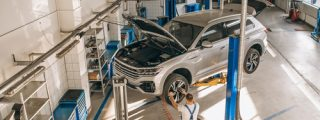 auto-mechanic-checking-car_2_50